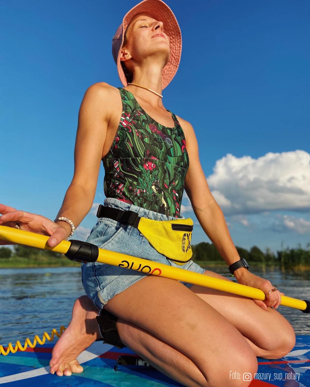 Kobieta w stroju kąpielowym Nessi płynie na SUPie